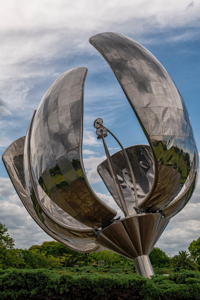Floralis Genérica sculpture by Eduardo Catalano